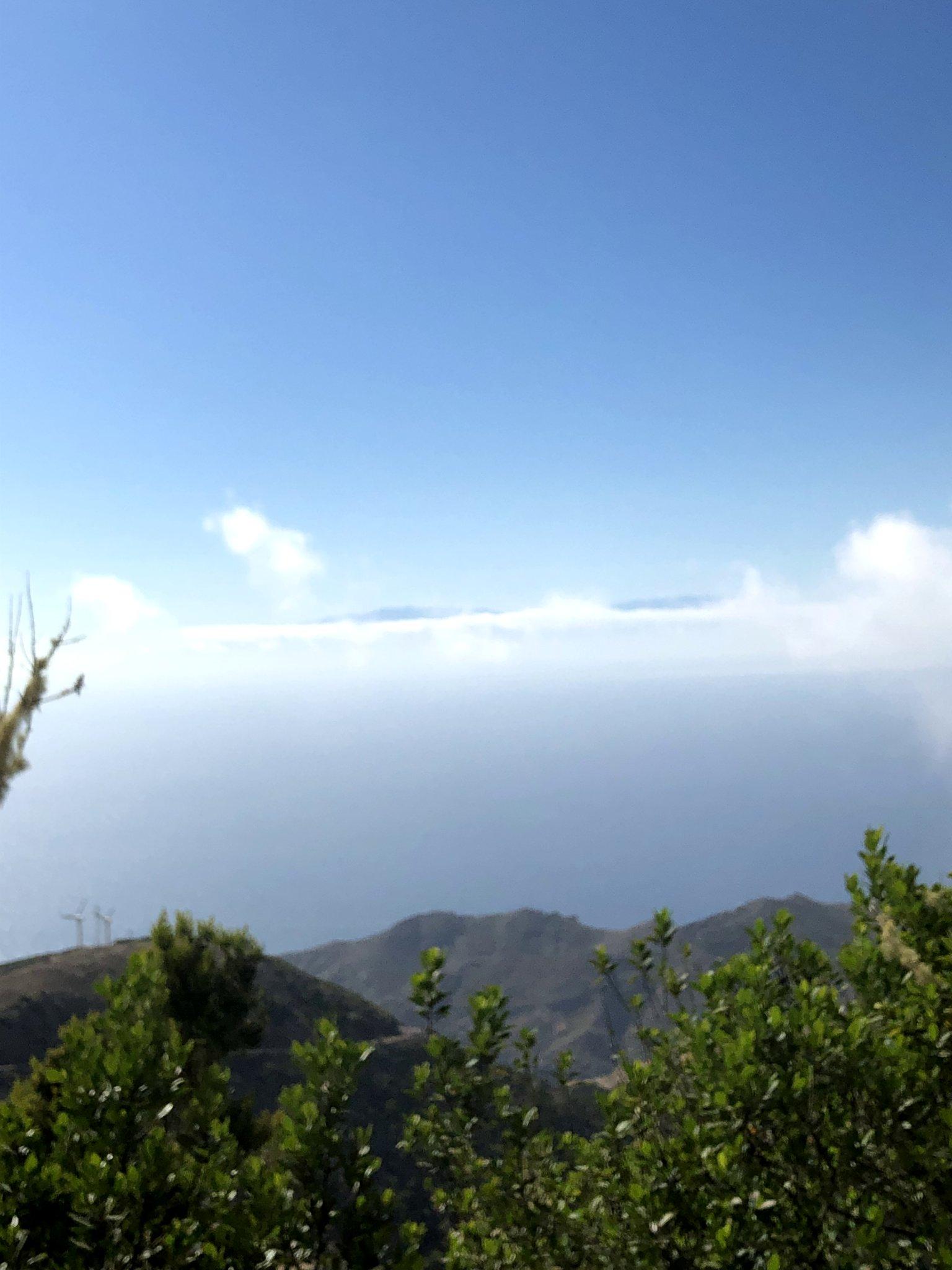 Vista de la isla de La Palma desde La Gomera con un mar de nubes bajo los pies. Enlace a Wikipedia (Abre en ventana nueva).